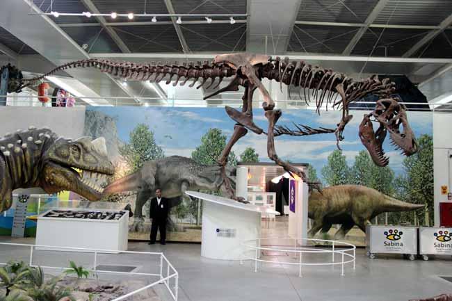 Réplicas de dinossauros em tamanho natural estão entre as atrações da Sabina.