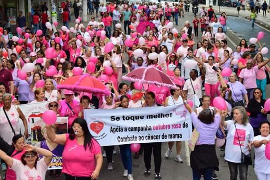 Mais de 200 pessoas se concentraram na Praça dos Emancipadores, também conhecida como Redondão, em Diadema, para participar da Caminhada do Outubro Rosa