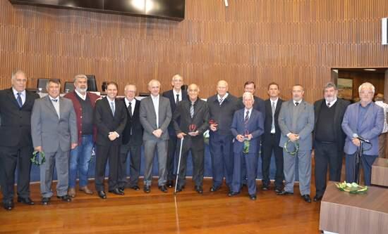 Wilson Ambrósio da Silva e membros da diretoria com os vereadores Marcos Pinchiari e Almir Cicote