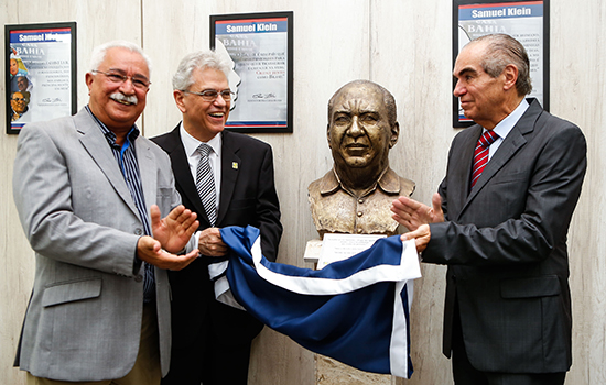 Paulo Pinheiro, Mauro Laranjeira e Michael Klein inauguram o busto de Samuel Klein na Aciscs